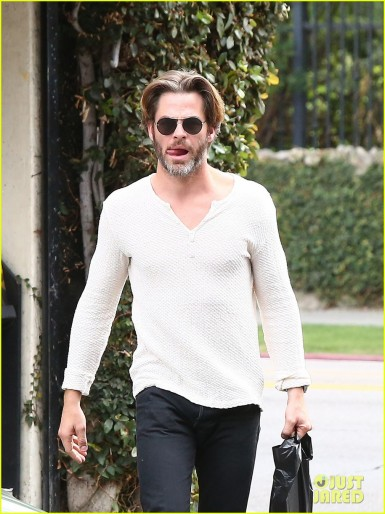 chris-pine-flips-off-the-paparazzi-after-his-newsstand-stop-07