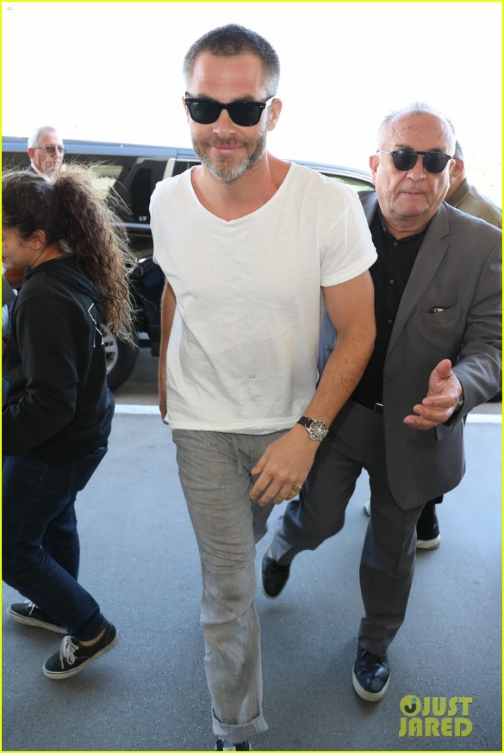 chris-pine-all-smiles-for-his-flight-out-of-lax-airport03